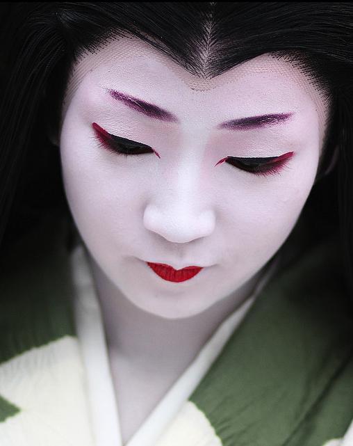 A portrait of the maiko Naokazu.