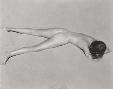 Edward Weston,Nude,1936 Dai paesaggi ai nudi, gli straordinari scatti in bianco e nero del grande fotografo Edward Weston (1886-1958) saranno in mostra dal 14 settembre a Modena, negli spazi espositivi dell'ex Ospedale Sant'Agostino. Dell'artista americano, considerato uno dei pi˘ grandi maestri della fotografia del '900, saranno esposte 110 immagini, tra le piu' famose, che ricostruiranno il suo incessante lavoro di indagine sul mezzo fotografico e la sua ricerca ostinata di purezza, nella forma e nelle composizioni.ANSA/UFFICIO STAMPA