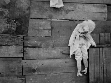 Marionnette accrochée à une palissade, 1934. Collezione Jill Quasha, New York